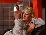Blonde Frau spitz auf jüngeren Mann