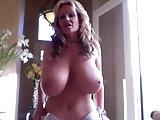 Lady zeigt gigantische Titten