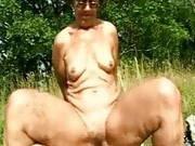 Mit Oma ficken auf einer Wiese