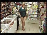 Russische Frau fickt in ihrem Geschäft