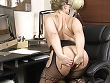 Sekretärin mit Prachtarsch zieht sich aus