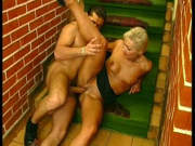 Treppenfick mit reifer Lady