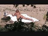 Wichsende Milf am Strand beobachtet