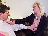 Junger Mann steht auf reife Brüste