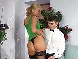 Reife Blonde Frau bumst jungen Mann