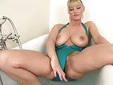 Unrasierte Frau in der Badewanne