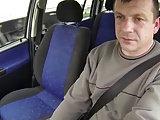 Er bumst eine junge Frau im Auto