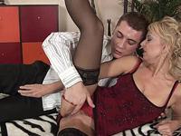 Reife Dame tobt sich an jungen Pimmel aus