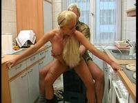 Deutscher Küchenfick mit einer geilen Blondine