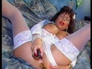 Frau mit Riesentitten fickt zwei Vibratoren
