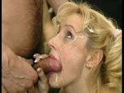 Blondine mag eine Gesichtsbesamung