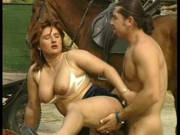 Mollige Frau fickt auf dem Bauernhof