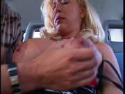 Reife Blondine fickt im Auto auf einem Parkplatz