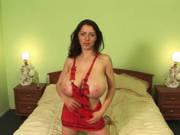 Frau mit Riesen-Titten masturbiert