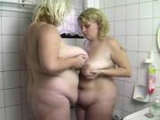 Dicke Frauen mit mächtigen Titten in der Badewanne