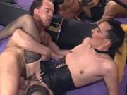 Milf-Schlampe in Dessous bringt einen Mann zum schwitzen