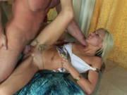 Blondine mit kleinen Titten bietet ihr Fickloch an