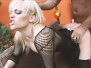 In sexy Wäsche wird die Blondine abgefickt