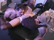 Blonde Sekretärin in Nylons will mit ihrem Chef ficken