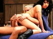 Cowgirl mit super prallen Titten fickt in der Scheune