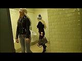 Quickie mit zwei Blondinen auf der Toilette