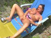 Deutsche Milf masturbiert auf der Sonnenliege