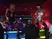 Drei geile Frauen wollen einen Gruppenfick im Stripclub