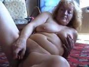 Alte Frau masturbiert zu Hause mit einem Vibrator