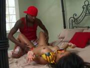 Asiatisches Bikinigirl fickt mit einem Schwarzen