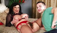 Behaarte Frau mit dicken Titten fickt mit einem jungen Kerl