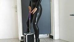 Fetisch Lady im Latexanzug macht einen Maschinenfick