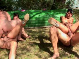 Analfick Gruppensex im Freien