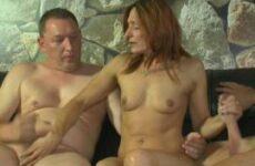 Deutsche Ehefrau mit kleinen Titten will zwei Schwänze