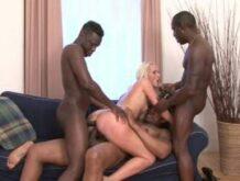 Vier Schwarze ficken blonde Schlampen