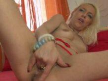 Blondine fingert ihre eingeölte Möse