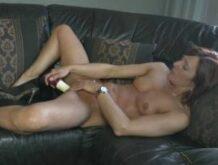 Milf mit gepiercten Minititten masturbiert