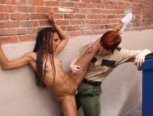 Wärterin fickt eine gefangene Ebony mit Strapon