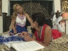 Cheerleader Girls lecken sich die Pflaumen