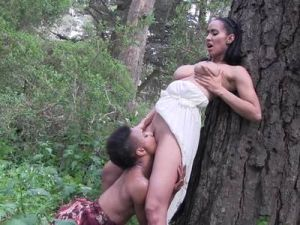 Interracial Lesbensex im Wald
