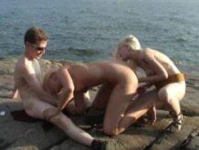 Outdoor Dreier mit zwei Blondinen