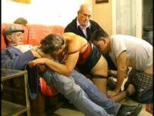 Reife Französin wird von drei Herren gebumst