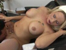 Scharfe Krankenschwester Blondine mit dicken Titten