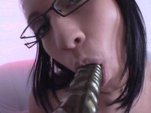 Schwarzhaarige mit Brille masturbiert in Nylons