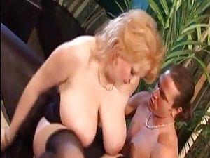 Blonde BBW mit Hängetitten hat Couchsex