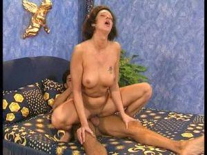 Feuchte Brünette bei ihrem ersten Sextest