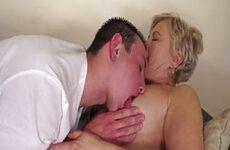 Junger Liebhaber will mit Oma bumsen