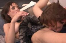 Bei Lesbensex mit Milfs in Dessous spritzt eine Möse